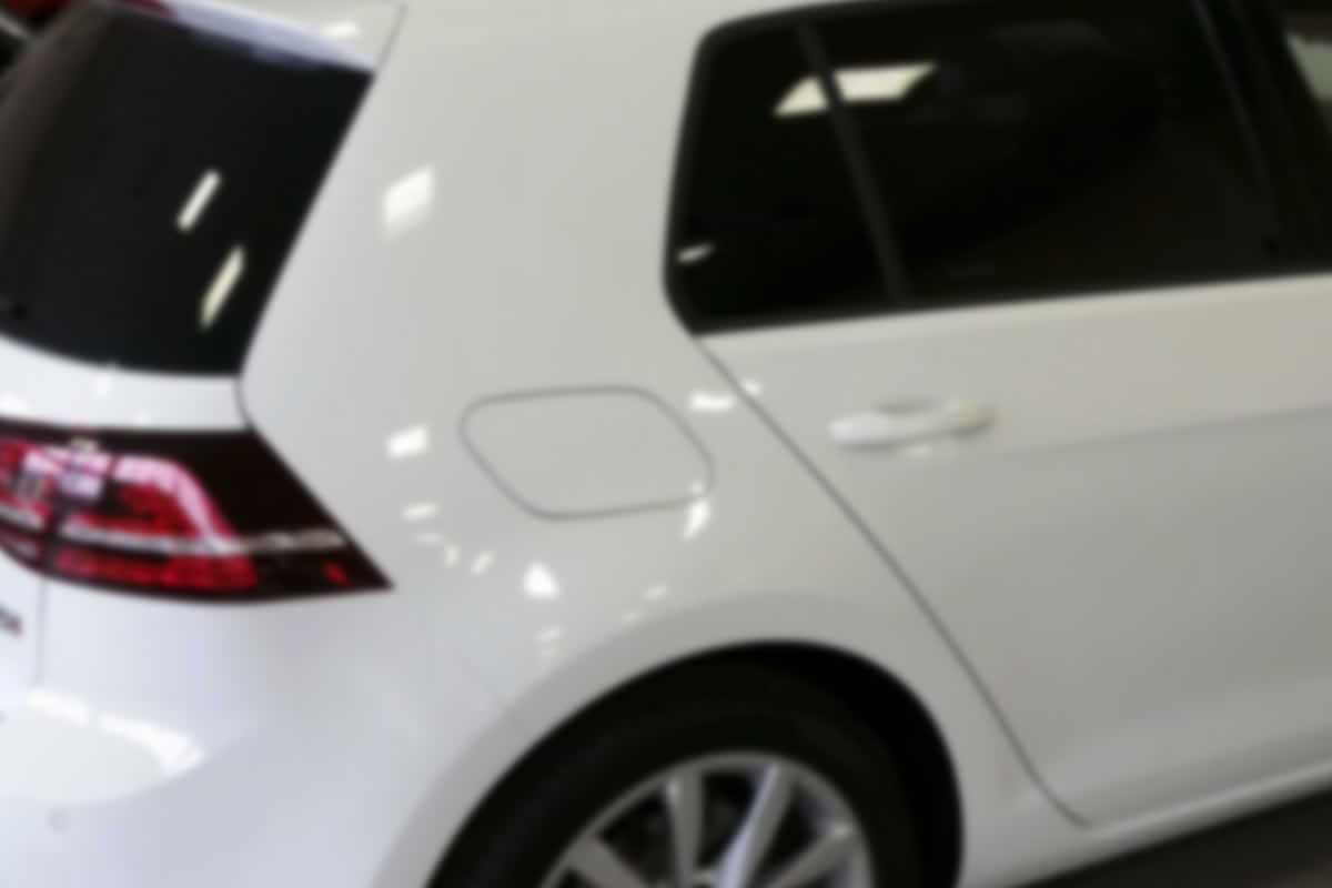 applicazione di pellicole adesive sui vetri dei veicoli
